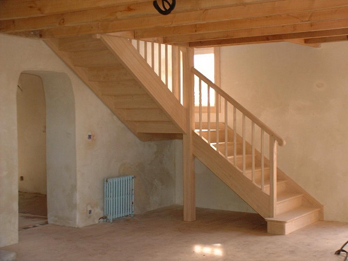 Escalier traditionnel à palier de retour, en châtaigner, aux lignes ...